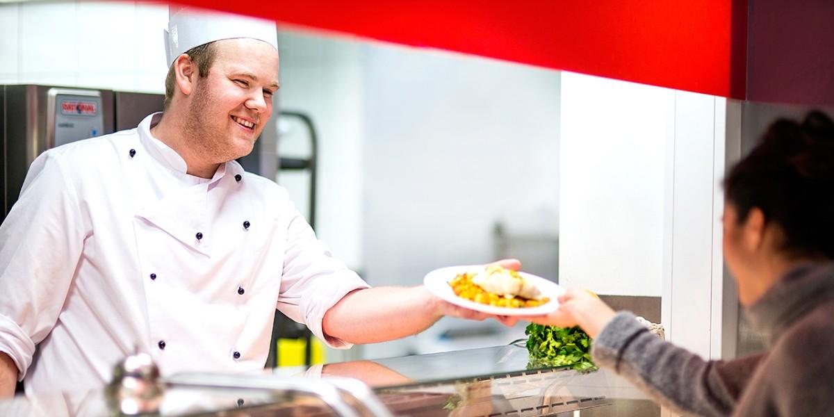 SiOs kokk leverer matrett til gjest